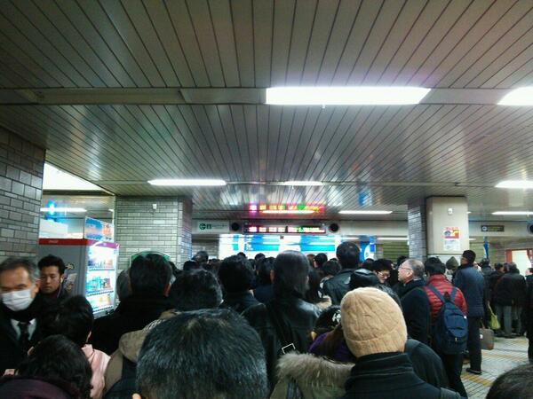 西武池袋線、飯能行き、ホームから人間があふれてる!! http://t.co/zv9WGY4WZl