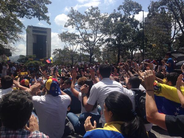 A esta hora (12:42pm) ¡Estudiantes en la plaza Altamira http://t.co/sXH7XECm6r