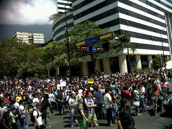 RT @PrayForVnzlaa: ALTAMIRA SE MANTIENE FUERTE Y MAS GENTE LLEGA http://t.co/pU3zj4RtP5