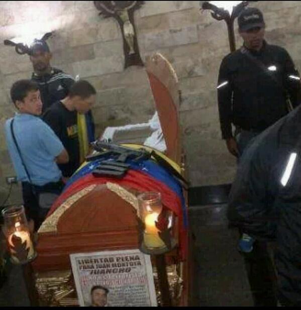 OTRA FOTO Asi están velando a Juancho el tupamaro pacífico de Maduro #14FVnzlaEnLaCalleMaburroRenunciaVale http://t.co/63bFK5UTtN