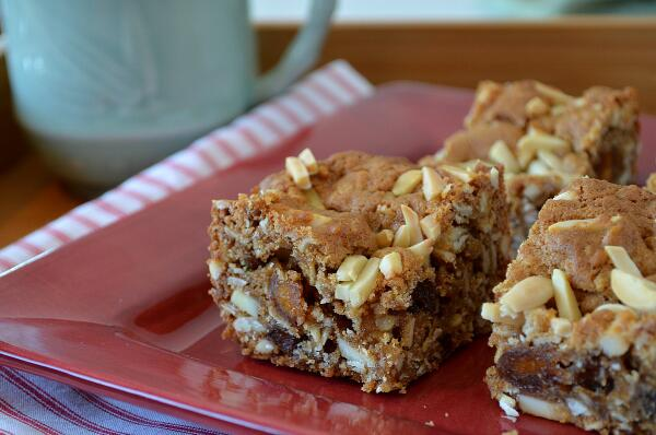A little bit naughty, but mostly really nice (read: healthy). Almond-Date Blondies. http://t.co/7E4jvH57hY http://t.co/ZLxCEeRUbZ