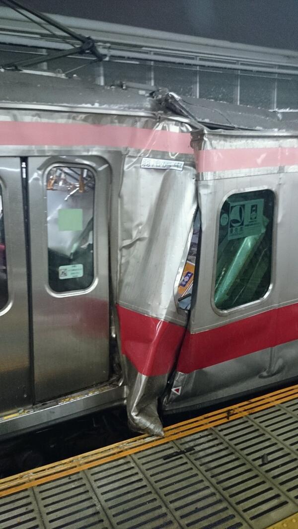 えっ前の電車に衝突して元住吉で足止め。あと1車両前に乗ってたら死んでたぜ、これ。・・・帰れない。。 pic.twitter.com/OroRkZYKma