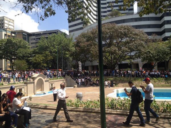 Así está la plaza Altamira, inviten gente, necesitamos más personas, que otras concentraciones vengan para acá. http://t.co/ztTfvvY1bx