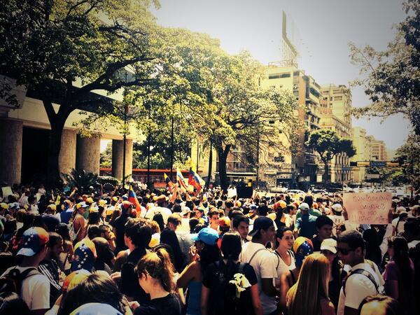11:45am los estudiantes toman las calles de los alrededores de la Plaza Altamira... http://t.co/NVbopaE6an