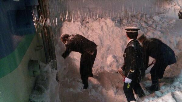 中央線、手作業で雪かきって…。諦めず雪かきしてる駅員さんに涙 pic.twitter.com/1s2tnLGOf9