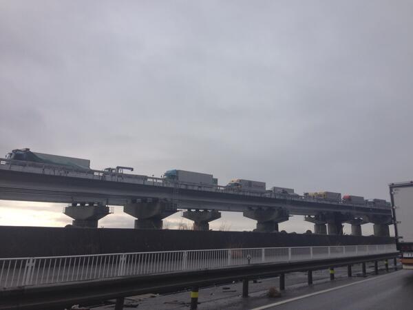 東名高速ピクリとも動かないっ。。。。まるで。。。駐車場。。。 http://t.co/mLJDjMzKW3