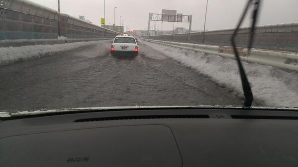 首都高、雪で排水口詰まってるらしく各所で濁流、こえー pic.twitter.com/EVyEejZQzr