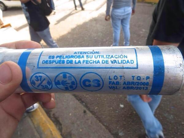 GNB usando bombas lacrimógenas vencidas contra los manifestantes. http://t.co/mYKjRrf0fP