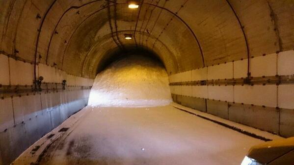 """トンネルに閉じ込められたか!""""@gennzou1201: #2月15日山梨県を中心とする超豪雪災害! 山梨県超豪雪災害! RT @kisyo0517 うわぁお、これ山梨らしい http://t.co/6weo7EdqPw"""""""