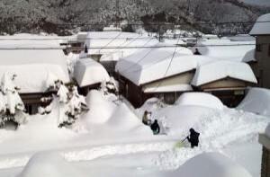 山梨県は明日も鉄道全面運休、高速・国道通行止め、家から出られずに、陸の孤島状態。本日陸上自衛隊に災害派遣を要請。例年殆ど雪の降らない山梨は大雪の備えはありません…  山梨日日新聞 http://t.co/k5YVNCehPF http://t.co/tiCySj5SAj