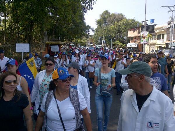#Tachira RT @JohaViera: @lorearraiz  gremio médico llevando insumos a los estudiantes en la Av Carabobo  http://t.co/RuwYfxULeo