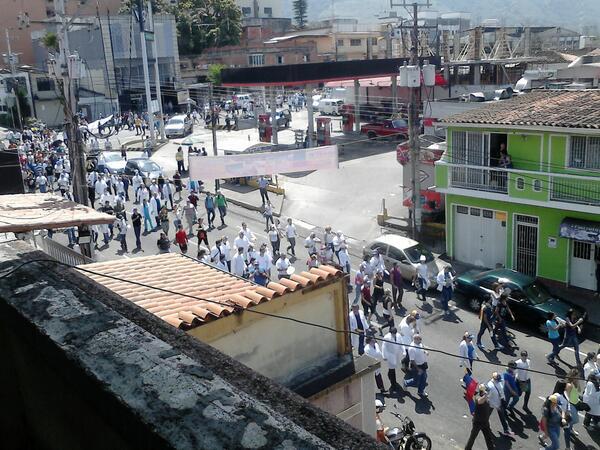 """Desde @UCATestudiantes: 11.15 AM: estudiantes de medicina y doctores marchan http://t.co/odgaa9EMZz"""" #Táchira @CNNEE"""