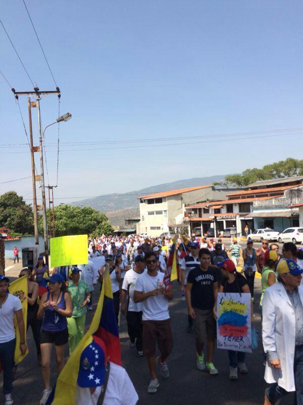 """""""@Uguelo: Ya los #estudiantes en Táchira en la calle ! #SOSVenezuela http://t.co/tkyuIPyIiN"""""""