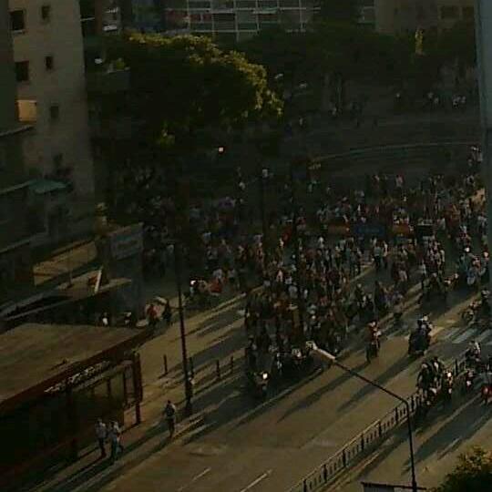 Se oyen muchas detonaciones #altamira #caracas http://t.co/8e9TvIplVA
