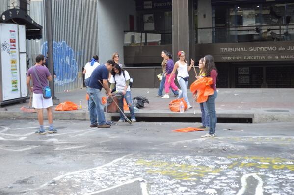 Grupo de estudiantes también en Chacao colaborando con la remoción de basura quemada y residuos en la vía 9:48 am http://t.co/wNQJtVyUxO