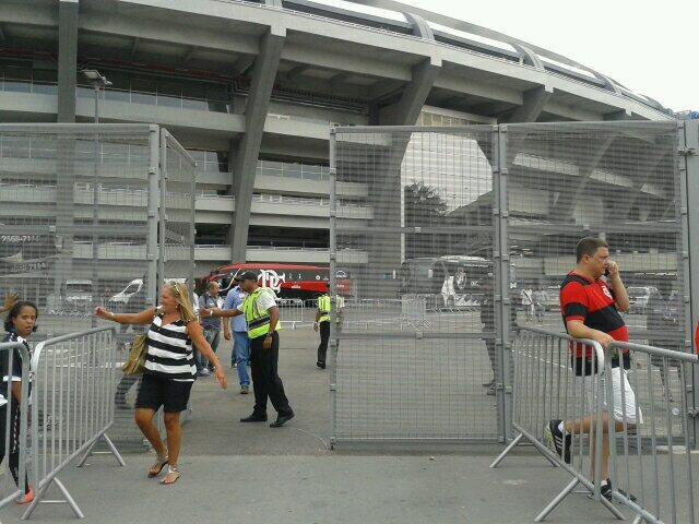 Os ônibus das duas equipes já estão estacionados dentro do Maracanã.