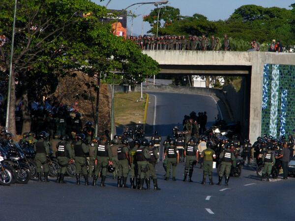5:10 pm Entrada a Altamira llena de militares @16F #VenezuelaInforma @patriciajaniot @cnneireport @fdelrinconCNN http://t.co/9p6xfzpkO2