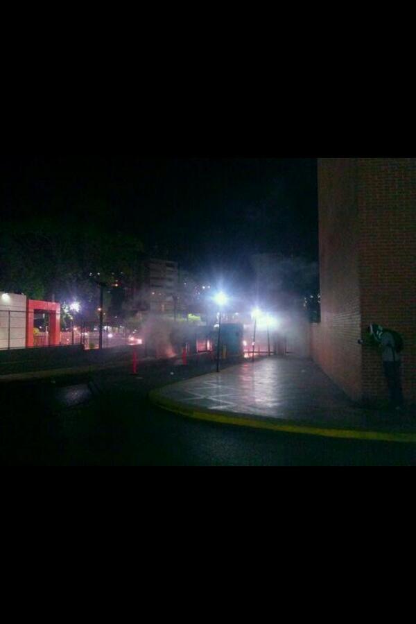 #Urgente GNB reprime con gas lacrimógeno a vecinos que manifestaban en el Paraíso ¡La lucha es pacífica! http://t.co/pGVAS6e2Zb