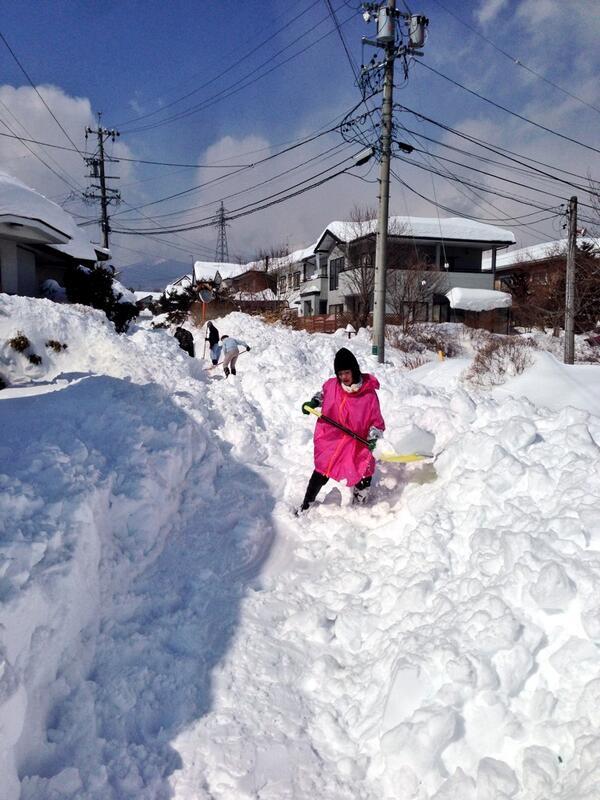 軽井沢鳥井原地区では、地区町民総出で、町道の雪かき。 一部の場所では、なんとか国道までの通路を確保しました。 #軽井沢 http://t.co/ySdNdBC4Cr