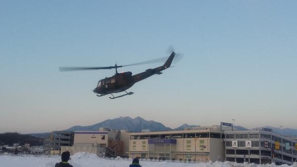 【一刻も早く明かりを灯せるように!②】豪雪に埋もれた山梨県では、当社自衛隊と連携し、復旧作業要員や配電線事故探査器をヘリコプターで空輸し復旧にあたっています。http://t.co/4Ud7SXkJfF http://t.co/jRHBqUIxRh