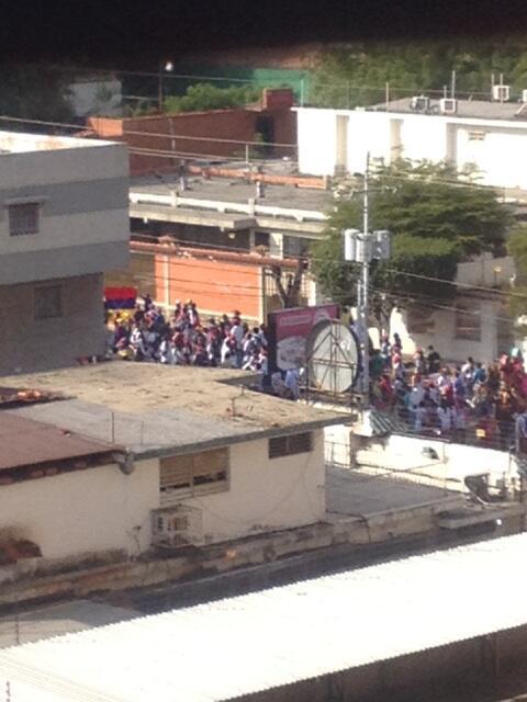 8:50AM  #Maracaibo marcha de estudiantes pasa por la av 10 con calle 74 vía plaza de la república #resistencia http://t.co/TXDXiaEX4m