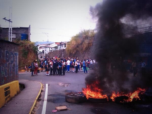 """VÍA @GerardoVelazco: hoy #17 via principal para entrar al Municipio Andres bello #Tachira #CalleSinRetorno  http://t.co/mF4SFkgapl"""""""