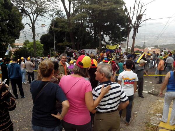 #CERREMOSNUESTRACALLE #tachira #palmira se empiezan a concentrar 10:23 am #17F http://t.co/Cq7oPSeiMw