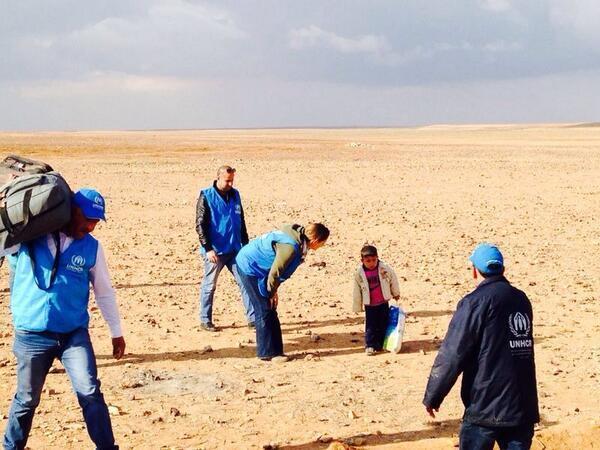 موظفو الأمم المتحدة يعثرون على مروان - 4 أعوام - يجتاز الصحراء بمفرده بعد أن انفصل عن عائلته الفارين من جحيم سوريا. http://t.co/rfzPI02YEW