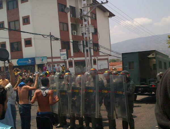 GNB reprime a manifestantes en la Ferrero Tamayo, San Cristóbal http://t.co/rUK0fbgZEo vía @darwinsanchezf #17F 1:10pm #Táchira