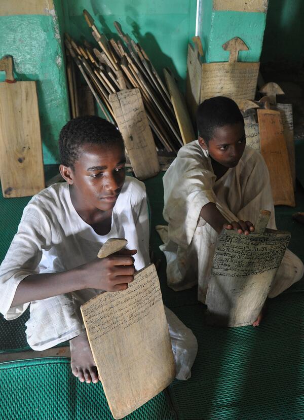 moritanya çok hafız yetiştiren bir ülke. mushafları yok, henüz anlam kaymasına uğramamış 'tablet'ler kullanıyorlar. http://t.co/EKtQXAwf3w