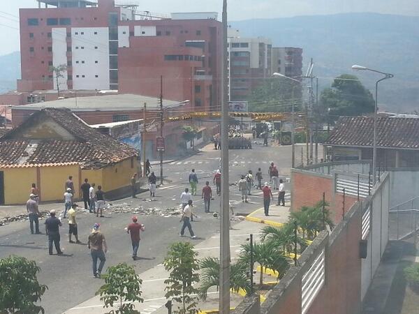 """""""GNB reprime con perdigones a manifestantes en Pueblo Nuevo,San Cristóbal http://t.co/k8pUQ3YF1L #17F 1:10pm #Táchira #CERREMOSNUESTRACALLE"""""""