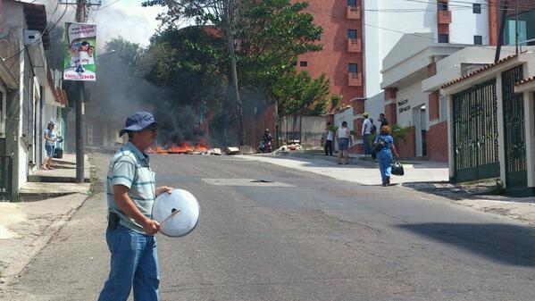 En #Táchira persisten las protestas. 1.23pm Av. Ppal de Pueblo Nuevo #SOSVenezuela @eleannaayala12 http://t.co/QFetrCt8xo