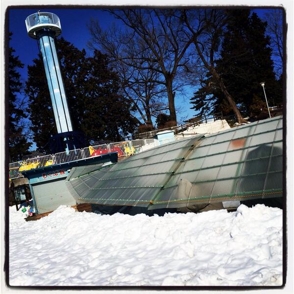 るなぱあくの木馬は無事ですが、遊具・豆汽車などの屋根が雪の重みに耐えられなかったようです。 http://t.co/VJoBEZuhLZ