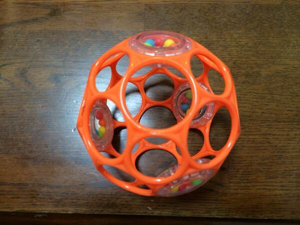 嫁が買ってきたという新しいおもちゃ。お,切頂二十面体だね,正二十面体の頂点を切るとできる立体で,面の数は32,そこからオイラーの多面体定理の話に振ろうとした刹那,嫁の目が座っていることに何とか気づく。家庭は大切です。 pic.twitter.com/MGR0RRNCYt