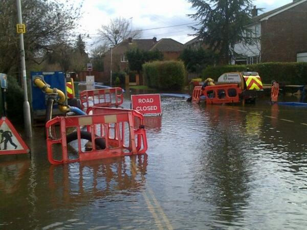 picture of #floodaware road closure in place to pump water away from properties & roads in Wintringham Way Purley On Thames http://t.co/0V1iE23N5t
