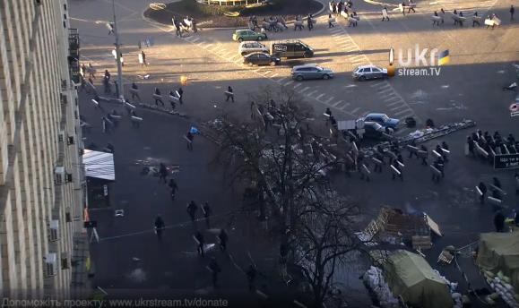 Беркут спустился по Грушевского и двигаются в сторону Майдана.