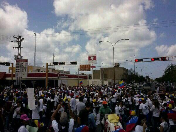 """@NOTIFALCON: Manifestantes en av. Jacinto Lara adyacente a Farmahorro. #PuntoFijo Foto : Cortesia #AEstaHora http://t.co/pPT87qcTGF"""