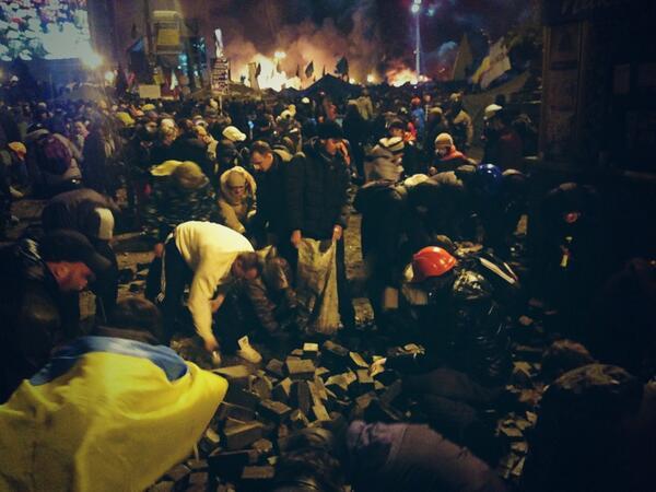 Активисты разбирают брусчатку на Майдане Незалежности