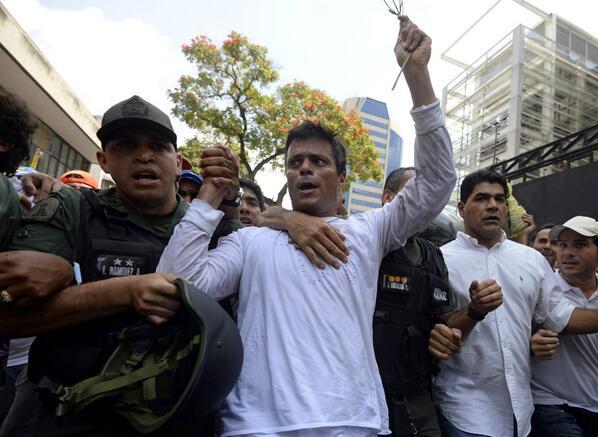Leopoldo López se entrega a la Guardia Nacional venezolana http://t.co/ISKRUU04ZM #Venezuela http://t.co/0nnPxZUh3L