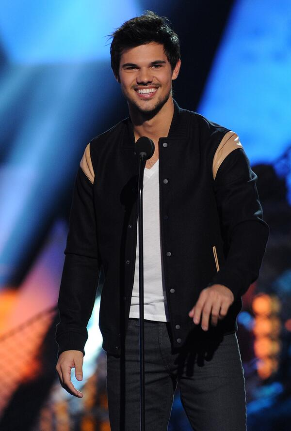 Happy Taylor Tuesday! Every Tuesday we will be posting a pic of #TaylorLautner! So, here's our first photo of Taylor! http://t.co/HuUF9Ii5XK