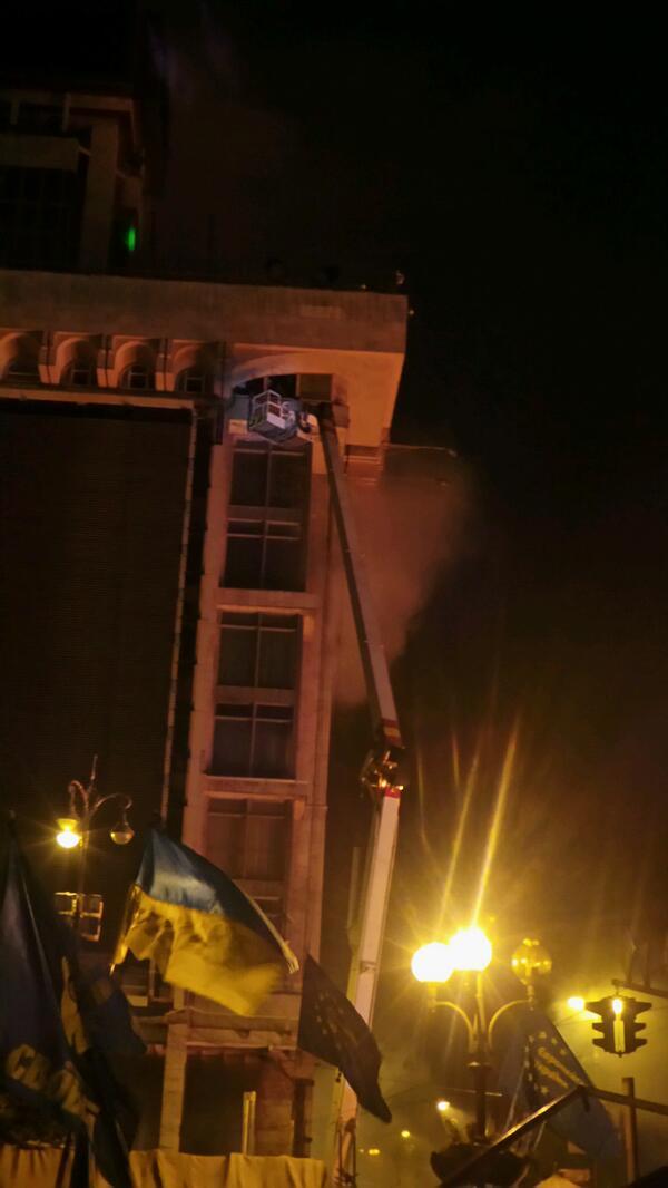 МЧС снимает людей с горящего Дома профсоюзов