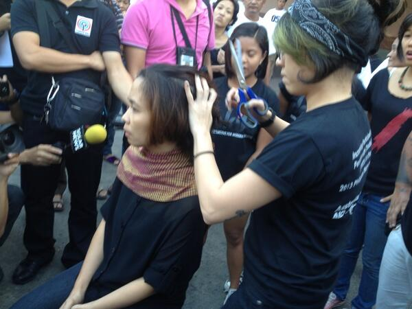 Wife of Tado having her hair shaved off to cry for justice (in front of Florida bus terminal in Manila) http://t.co/wZHhx9GnCu