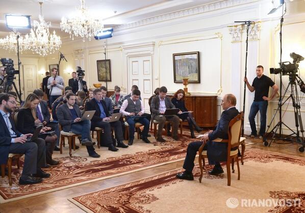 Alors les journalistes, on fait pas de #Selfie? RT @rianru Встреча Владимира Путина с журналистами в Ново-Огарево http://t.co/wWzhCFC1Ca