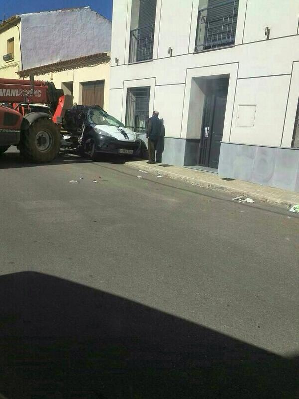 Un moroso embiste con un toro mecánico contra el coche del cobrador del frac Bh4zDWtIAAAT6IQ
