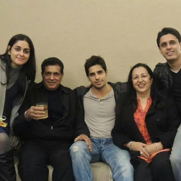 unseen pic sidharth malhotra with his family 3939037 bollywood
