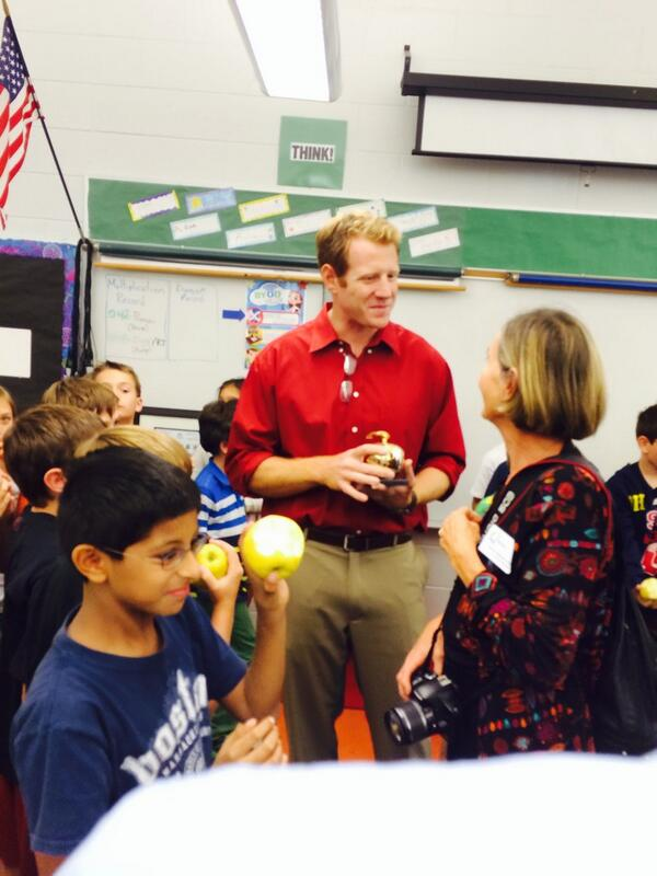 Winner 4th grade teacher Ryan Shore #goldenapple pelican marsh elementary @ndn http://t.co/z9DCSEh0qN