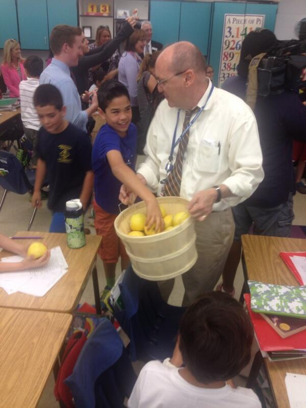 Naples Daily News Editor Manny Garcia hands out apples to fourth grade Pelican Marsh students. http://t.co/QisaKASagj