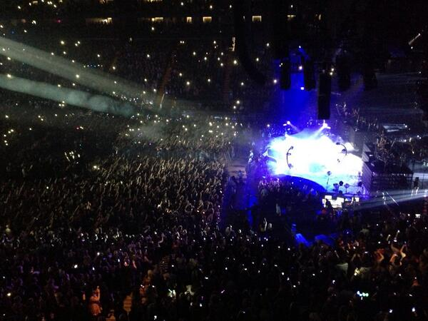 Amazing guest appearance by Jay-Z at the Beyonce show. Crowd goes WILD! http://t.co/2b6s8oCsHK