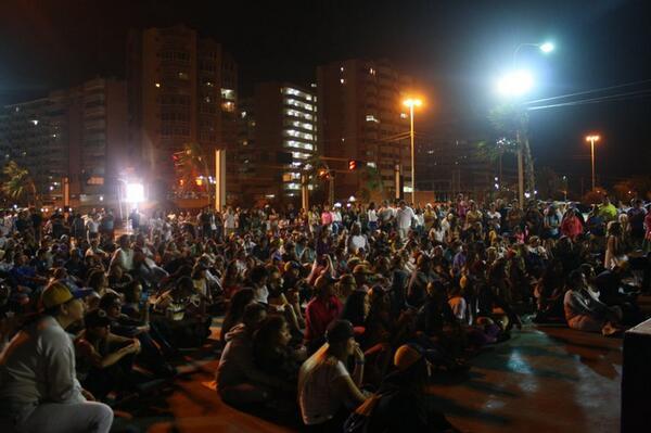 Epa @fdelrinconCNN otra foto de los vecinos viendo CNN desde #Lechería @debatedecalle    #HastaQueCNNNosVea http://t.co/WvPV4PJVFW