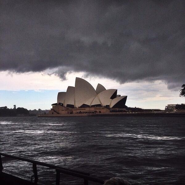Sydney's boom bang clash opera house #sydneystorm #hellontheharbour pic via Toby dind http://t.co/qmFOk20ge2